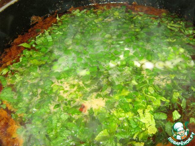 Когда картофель будет готов, кидаем в казан нашинкованную зелень. Казан выключаем. Даём настоятся 10 минут.