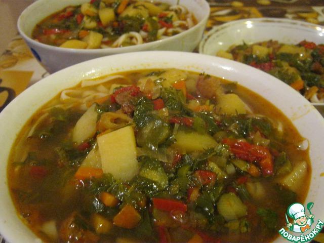 Макароны промываем при необходимости, раскладываем в касушки или глубокие тарелки. Заливаем нашим наваристым супом. Приятного аппетита.
