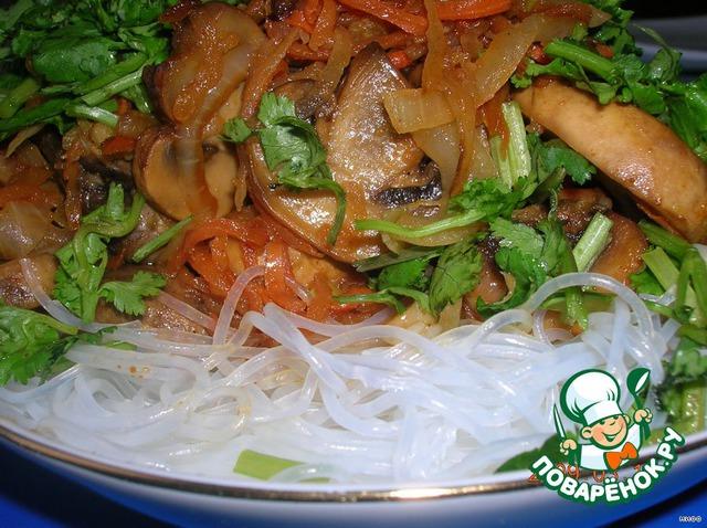 Посыпаем зеленью кинзы. И сразу подаём горячим. При отсутствии рисовой лапши, можно заменить обычной.