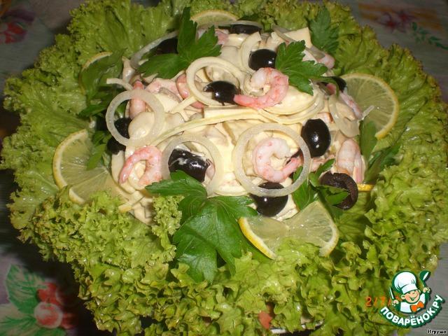 На блюдо выкладываем листья салата, на них аккуратно сам салат. Украшаем листиками петрушки.   Вот так.