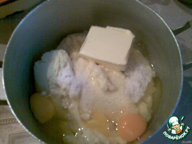 В отдельную посуду с толстым дном, но не эмалированную, положить стёкший творог, яйца, масло, соль, соду и всё тщательно перемешать руками.
