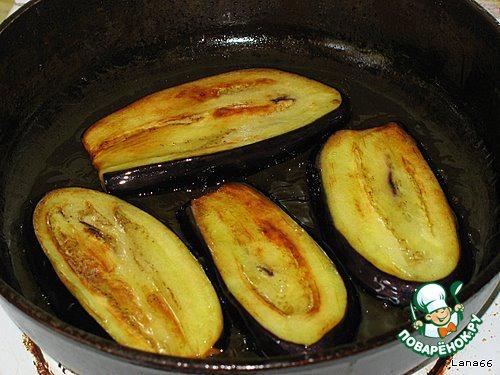 После того, как баклажаны настоялись, промываем их водой (смываем соль), обсушиваем полотенцем и    обжариваем с двух сторон в растительном масле.