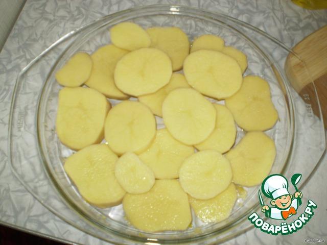 Выкладываем слой нарезанного кружочками картофеля (толщина кружочка 5 мм)