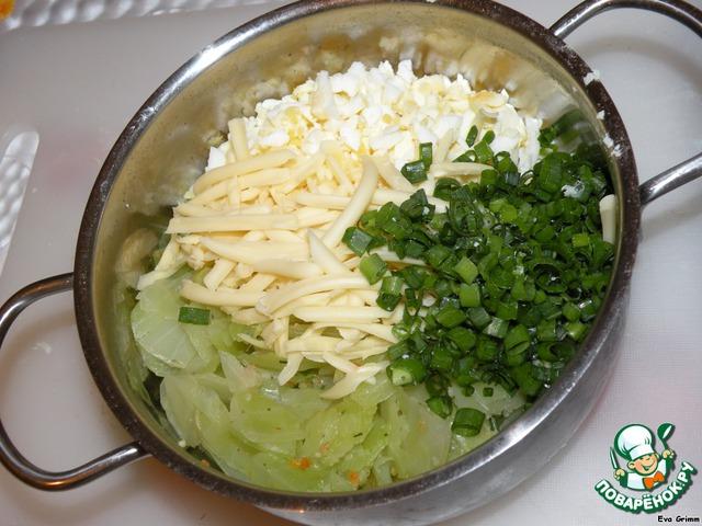 Капусту, яйца и порубленный лук перемешиваем, добавляем сыр