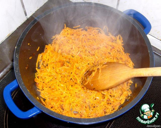 В поджаренный лучок добавьте ещё немного масла и натёртую на крупной тёрке морковь. Жарьте на среднем огне минут двадцать, постоянно помешивая. В конце жарки, можете добавить немного соевого соуса.