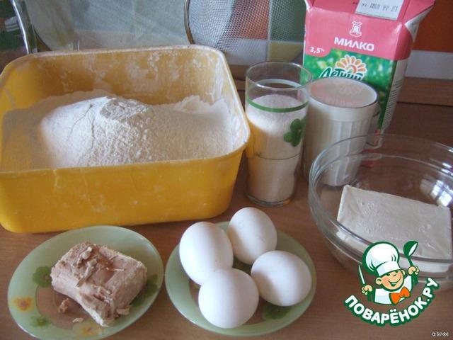 Начинаем готовить тесто. Накрошить дрожжи (если сырые) в теплое молоко, добавить сахар, яйца, половину нормы муки, растопленный маргарин и еще муку.