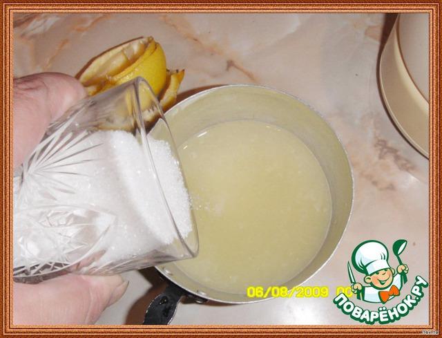 Пока кекс печется, в маленькой кастрюльке, смешайте сок и сахар для сиропа.