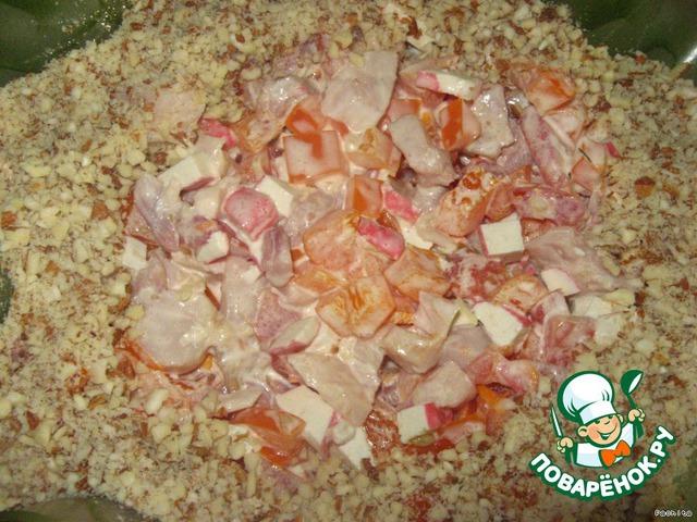 Готовый салат выкладываем в салатник и посыпаем измельченным миндалём.