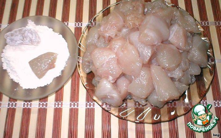 Куриные грудки нарезать небольшими кусочками, посолить и добавить соду.    Лимонным соком хорошо сбрызнуть грудки, добавить крахмал.    Оставить на 15 минут, затем каждый кусочек обвалять в муке.