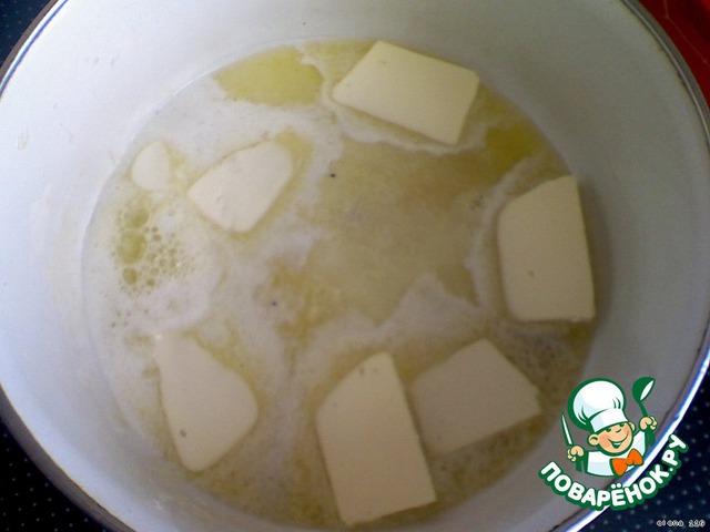Подогреть молоко, размешать в нeм дрожжи, 1 ч. л. сахара и 1/3 стакана муки. Оставить до образования хорошей пены (минут на двадцать).        Сливочное масло растопить.