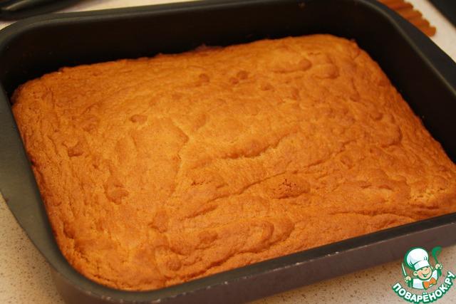 """Достаньте румяный """"почти-торт"""" из духовки, выньте из противня."""