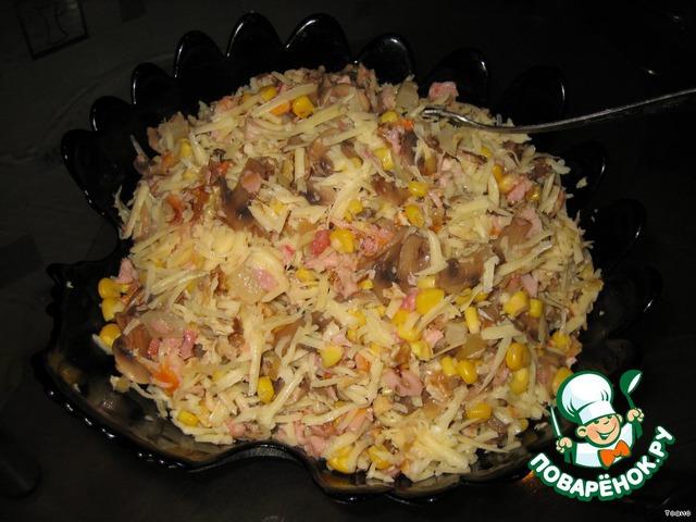 Продукты смешать в салатнике. НЕ СОЛИТЬ! Соли и так достаточно в сыре и курице.