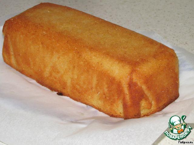 Полить ложкой кекс получившимся сиропом.    Вам может показаться, что сиропа много, но не волнуйтесь - это количество идеально)
