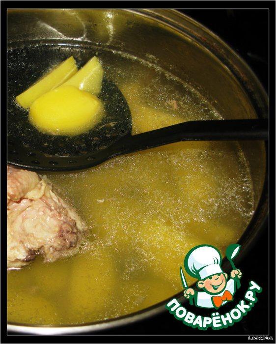 Нарезать картофель, добавить к курице и варить ещё 20 минут.