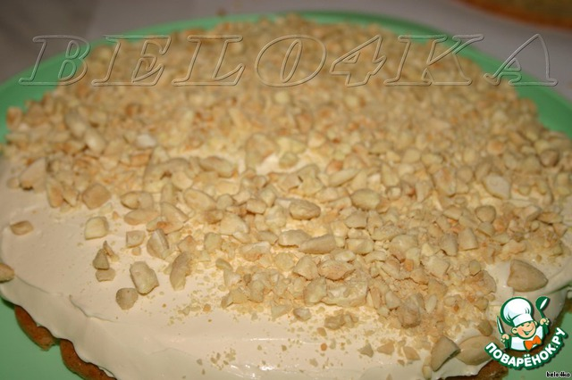 В форму для торта кладем один корж, обмазываем половиной крема и посыпаем миндалём (всем).