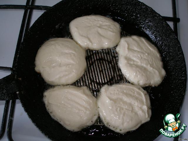 Макаем ложку в холодную воду, берём тесто и выкладываем на сковороду...