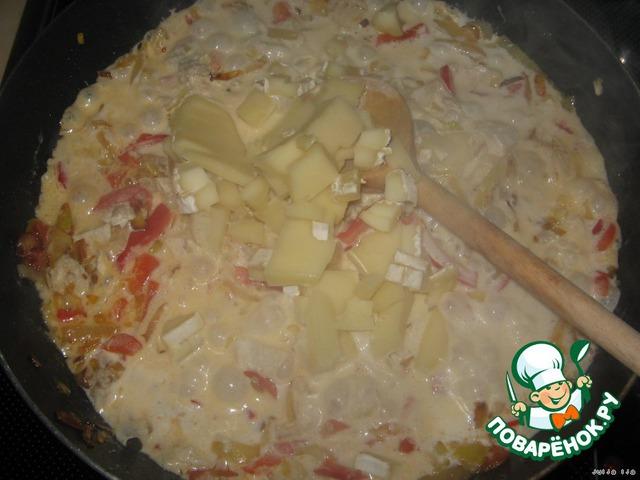 Добавляем сыр. Я его нарезала небольшими кусочками. У меня был Бри, маленький кусочек оставался (грамм 30), он очень ароматный, потому решила его добавить. И обычный твёрдый сыр.    Солим, перчим - по вкусу. Это лучше делать после сыра, так как сыр даст немного соли.
