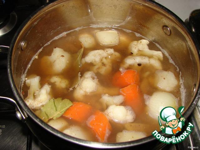 Режем овощи пополам (морковку можно мельче, т. к. она варится дольше всех). Отвариваем овощи в воде до готовности, как закипят, добавляем соль, перец и лавровый лист и варим еще минут 10.