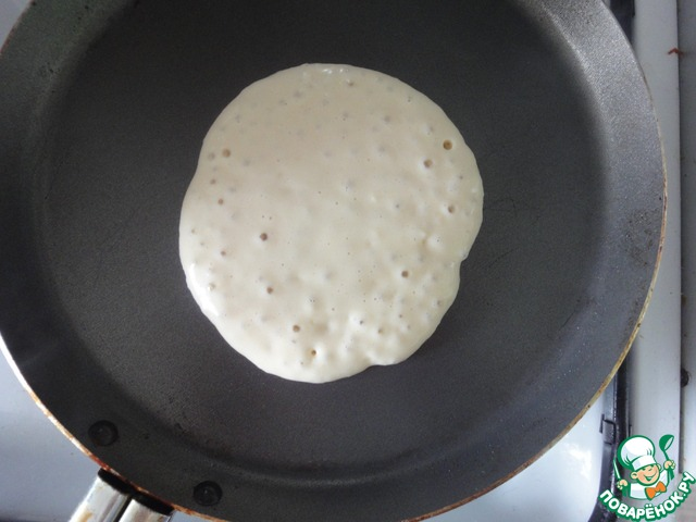 Далее очень хорошо разогреваем сковороду. Я обычно пользуюсь маленькой сковородкой для блинов. И после того как она нагрелась выливаем примерно 1/4-1/6 стакана теста. И дожидаемся когда на поверхности теста появятся пузырьки.