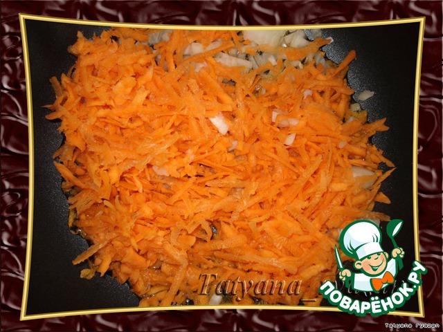 [b]Первый вариант.[/b]   Морковь натереть на крупной терке. Лук мелко порезать. В сковороду налить растительное масло, выложить морковь и лук. Обжарить.