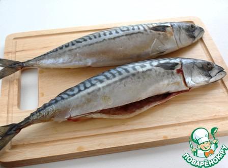 Скумбрию разморозить и выпотрошить. Если солить рыбу с головой, обязательно удалить жабры, они придают горечь.