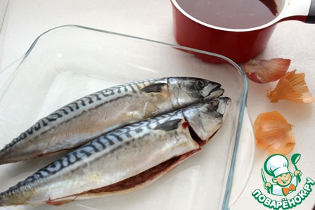 Приготовить рассол, смешать все ингредиенты, ( кроме рыбы) довести до кипения, дать рассолу остыть под крышкой. Процедить.    Рыбу выложить в стеклянную или эмалированную посуду, залить рассолом.     Через 2-3 дня рыба готова, только следует несколько раз её перевернуть в рассоле.