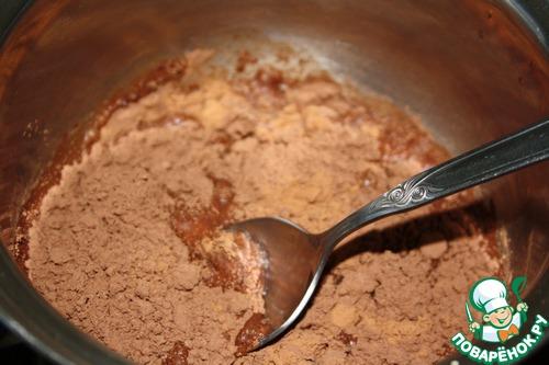 В кастрюльку насыпаем какао, затем добавляем воды.   Ставим на плиту и нагреваем, постоянно помешивая до полного растворения какао-порошка.