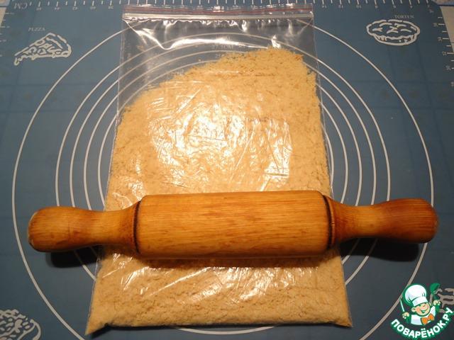 Скалкой измельчаем печенье в крошку.