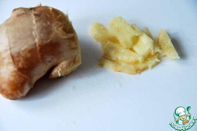 Имбирь моем и мелко нарезаем.   Кстати, недавно прочитала, что не стоит чистить имбирь, достаточно вымыть с щёточкой. Потому что именно в кожуре корня содержится большая часть эфирных масел.