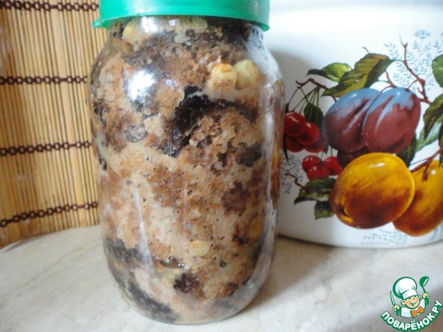 """Снимаем верхние """"целые"""" кусочки хлеба, складываем в литровую банку и отправляем в холодильник. Это закваска для следующей порции кваса."""