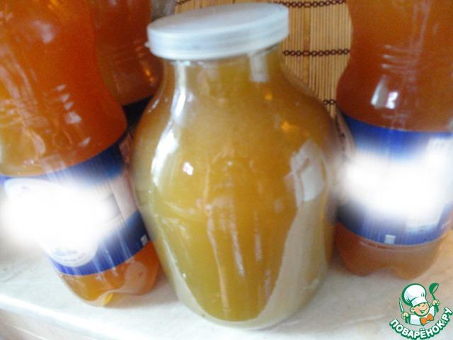 Квас процеживаем через марлю. Разливаем в пластиковые бутылки или в стеклянные банки. Выходит в среднем около 9 литров кваса.