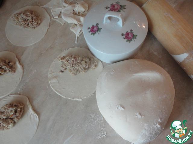 Раскатываем тонко тесто, вырезаем из него кружочки. Выкладываем начинку. На один вареник у меня помещалась полная с горкой десертная ложка начинки.