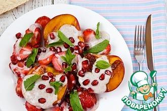 Персики-гриль с клубникой и йогуртовым соусом