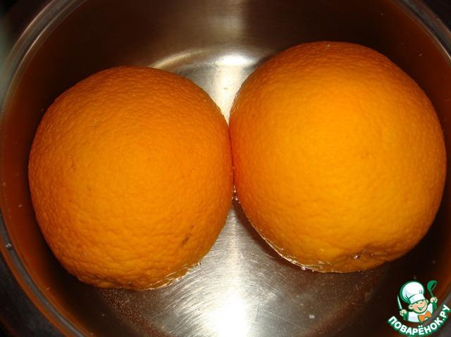 Апельсины с кожурой положить в кастрюльку, залить холодной водой, довести до кипения, накрыть крышкой и варить 1 час.
