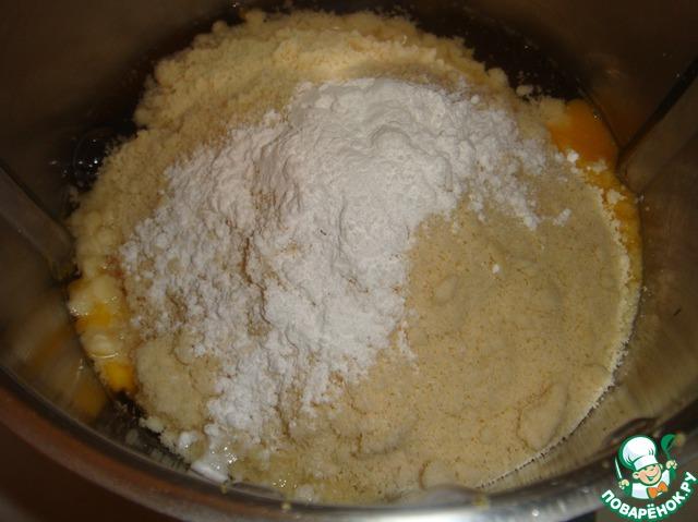 Добавить мёд, миндаль, яйца, ванилин и разрыхлитель.