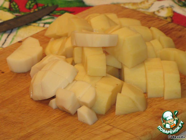 Через 20 минут добавляем порезанный кубиками картофель, перемешиваем, накрываем крышкой и тушим еще 35 минут на слабом огне.
