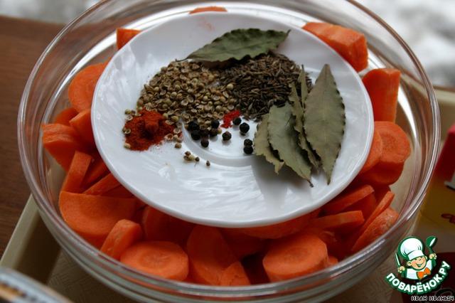 Морковка. Резать кружочками. Ломтики толщиной 2-3 мм, четыре крупных… штуки. Или правильно морковки?   Специи: соль, перец чёрный горошком - десяток горошинок, перец красный жгучий - малёшечко, перец красный молотый, не острый - ложечка десертная, зира - такая же ложечка с верхом, кориандр - опять-таки десертная ложка, лаврушка, соль (по вкусу), зелень всякая… примерно по половинке пучочка.