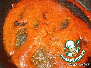 Тем временем приготовить соус: на сковороде разогреть 1 ст. л. растительного масла, добавить томатный сок, специи, соль и немного выпарить.