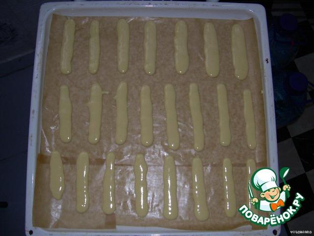 С помощью кондитерского шприца (мешка) выдавливайте печенье (10-12 см) на противень, застеленный пергаментной бумагой, смазанной маслом.