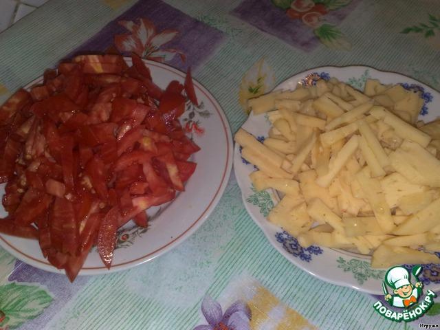 Помидоры и сыр режем длинной соломкой. С помидоров сливаем лишнюю жидкость.