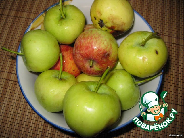 Яблоки моем и чистим