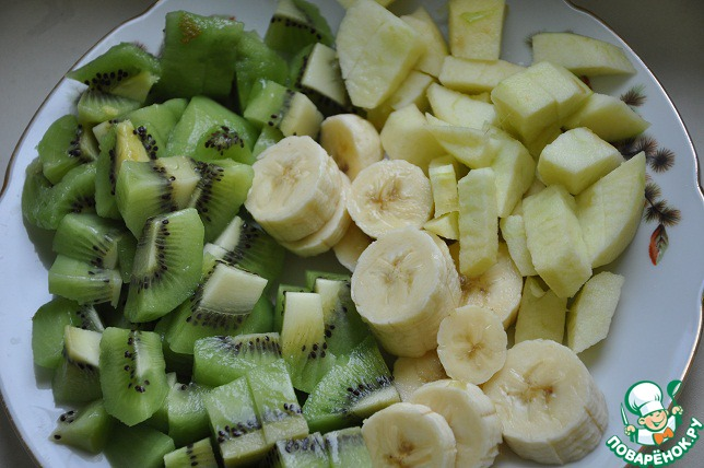 Яблоко очищаем от кожуры, вырезаем сердцевину, нарезаем кубиками, сбрызгиваем лимонным соком. Имбирь трем на мелкой терке. Киви и банан очищаем и нарезаем. Добавляем 2 ложки меда. Измельчаем все в блендере.
