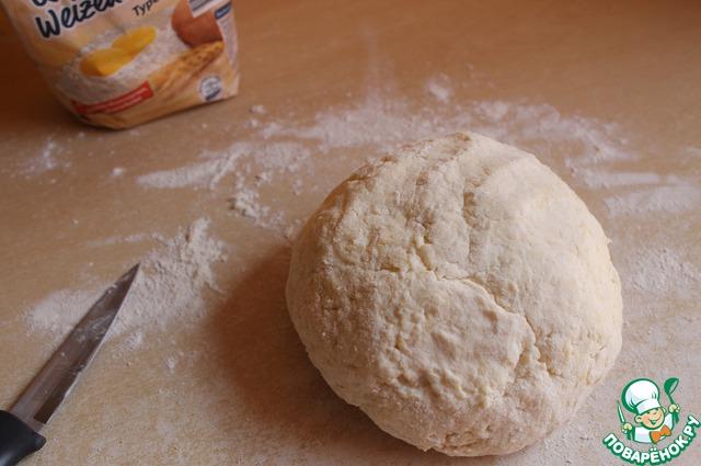 Замесим тесто. Оно будет липкое. Можно немного подсыпать муки.