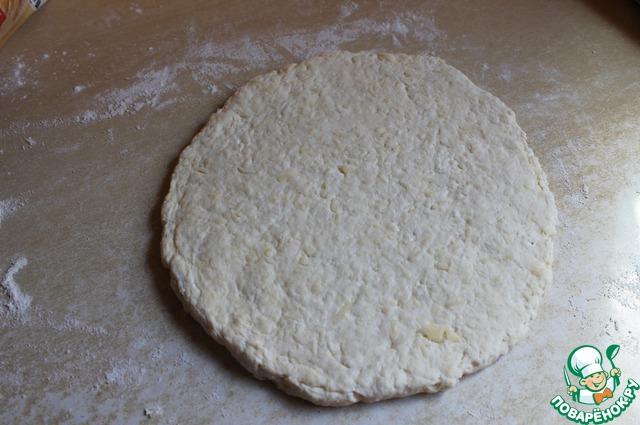 Разделим его на 2 части. Одну часть расктаетм в лепешку но не тонко, примерно см2 толщиной.