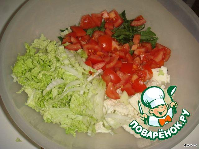Помытые овощи нарезаем: шпинат тонкими полосочками,   шинкуем тонко пекинскую капусту,    разбираем на соцветия цветную капусту, две горсточки я взяла,    помидоры - кубиками.