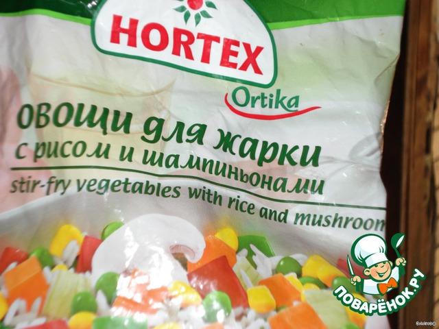 Берем замороженные овощи с рисом и добавляем в сковороду,перемешиваем,пдсаливаем совсем чуть-чуть.