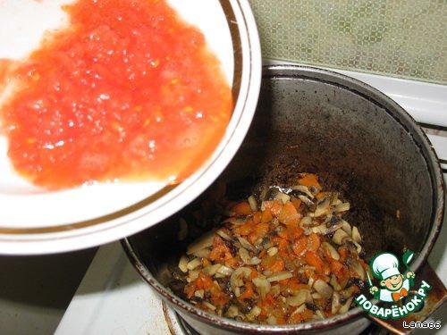 Натереть помидорку на терке и добавить к овощам.