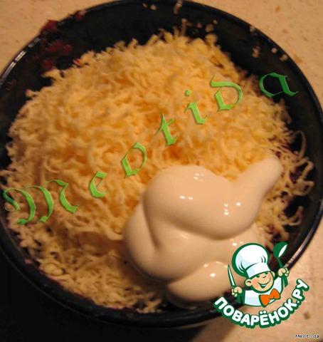 Смешиваем тертые на мелкой терке свеколку, сыр и чесночок, заправляем 2-3 стол. л. майонеза