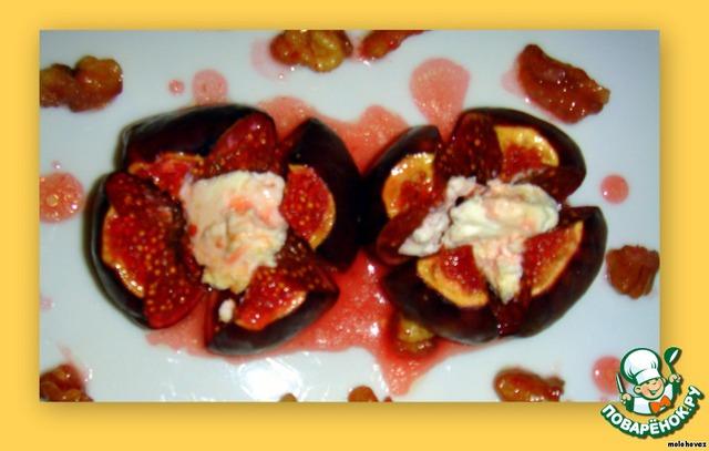 Достать аккуратно из духовки. Выложить инжир и орехи на порционные тарелки и полить образовавшимся в форме сиропом.