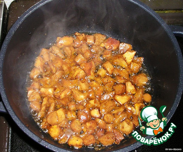 В оставшееся маслице поместите наши грибочки, посолите, поперчите и жарьте до готовности.